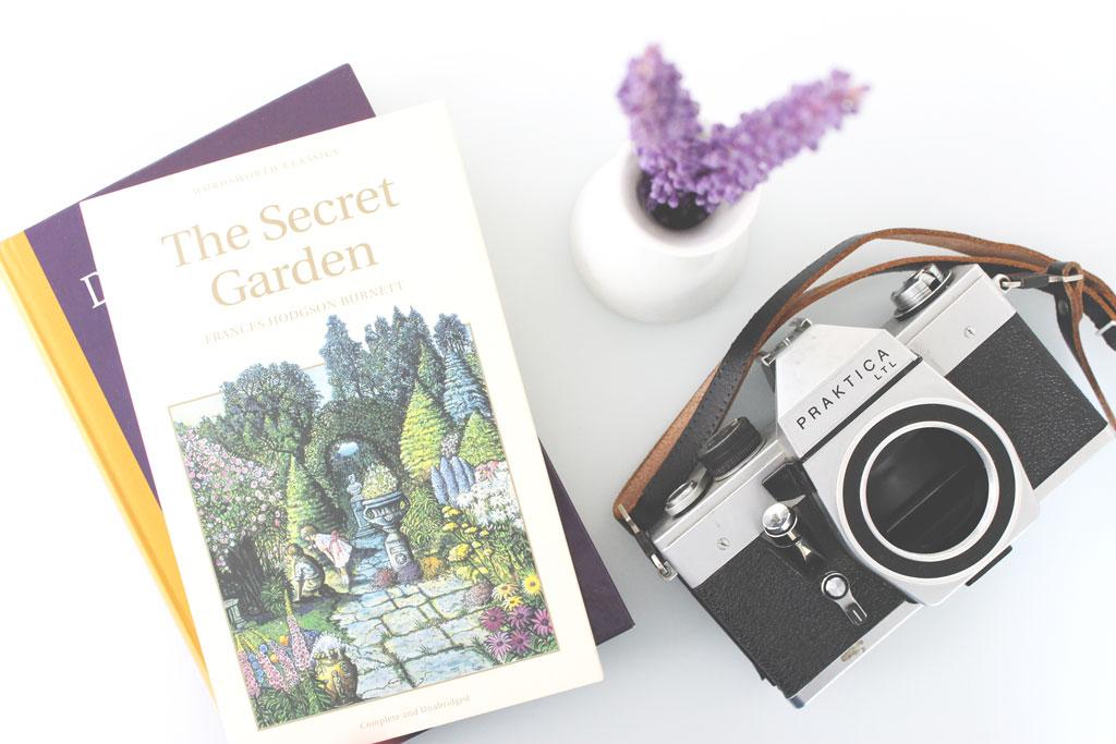 boek, het beste boek, inspirerend boek, inspirerende boeken, favoriete boek, the secret garden, de geheime tuin. mooie foto, perfecte foto, oude camera, paarse bloem, boeken