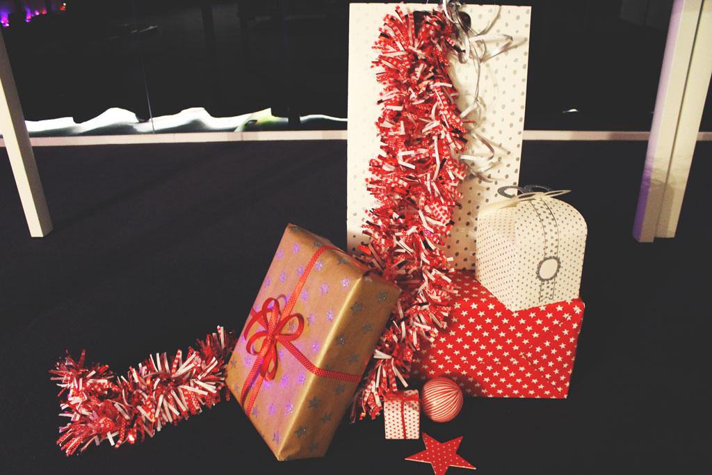 kerstcadeautjes, hema persevent, hema kerstevent, kerst, pakpapier, inpak ,ideeen, rood, wit, bruin, craftpapier, glitters, stippen