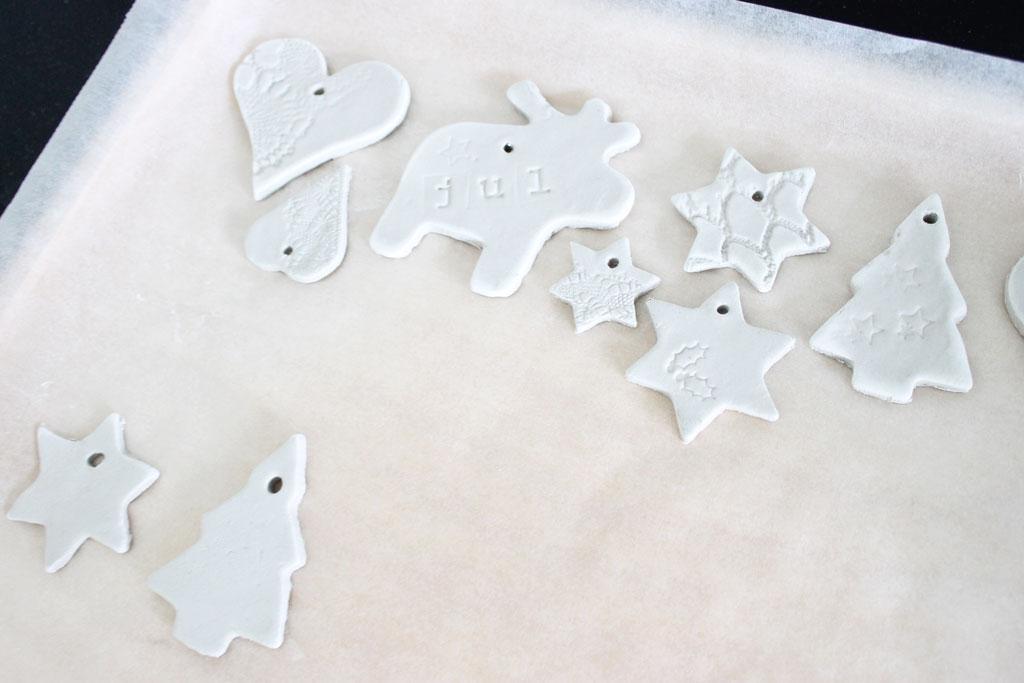 kersthangers maken, diy kerstversiering, diy, kerstdecoratie, zelfdrogende klei, scandinavisch, knustselen, kerst, zweeds, modern, licht, wit, hangers, maken, zelf maken, ornamenten