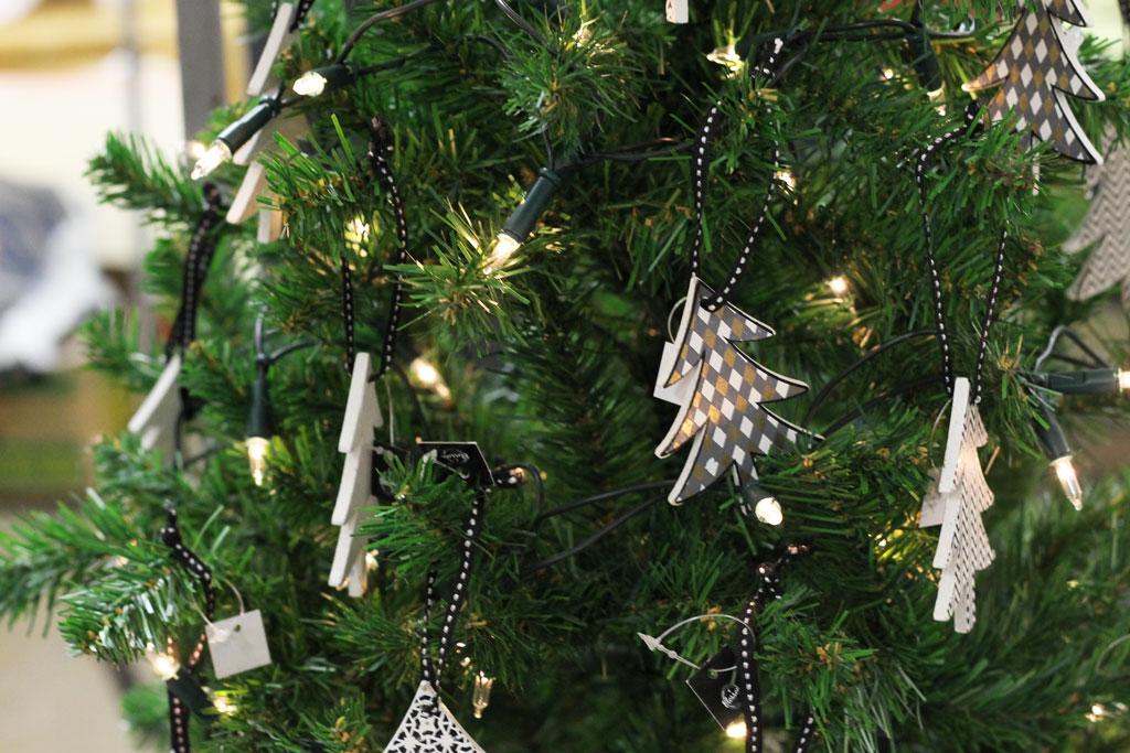 houten kerstboompjes, local sunday market, local sunday market enschede, kerstboom modern, zwart witte kerstboompjes, zwart wit kerstboom versiering, decoratie