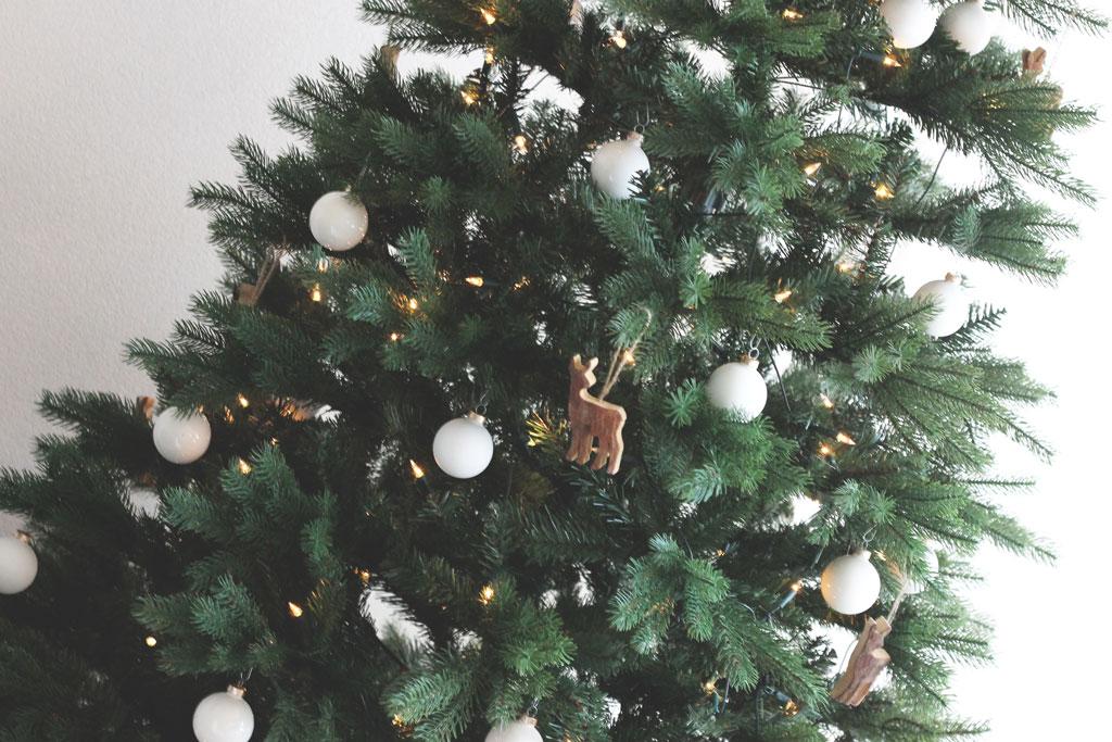 kerstboom decoratie, scandinavische kerstboom, kerstboom inspiratie, mooie namaak kerstboom, kunstkerstboom, witte kerstballen, natuurlijke boom, moderne kerstboom, trendy kerstboom, minimalistische kerstboom, mijn kerstboom