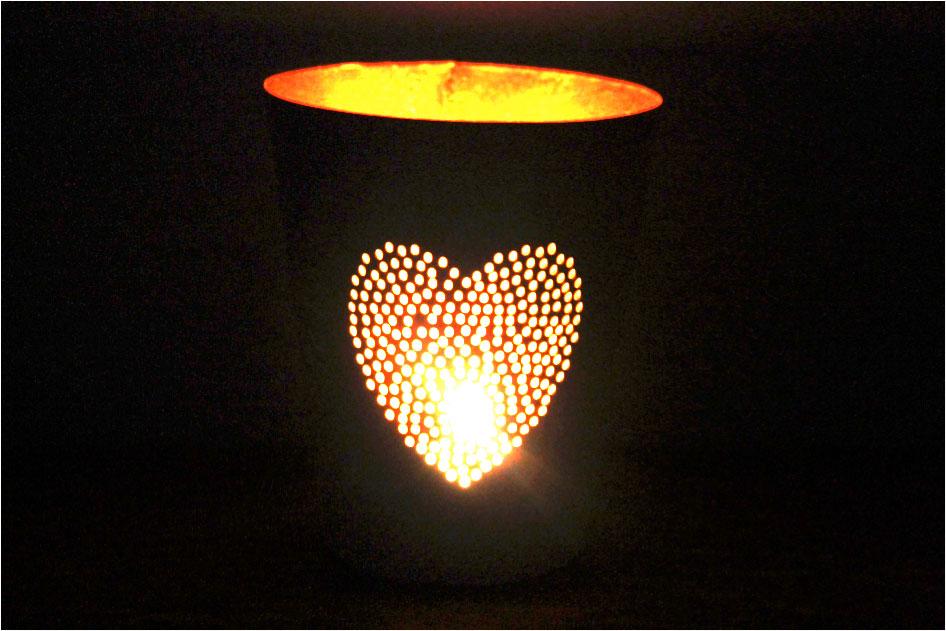 zorg voor jezelf, mindfulness, gezonde geest, van jezelf leren houden, omdat iedereen mooi is, kaars, lichtjes, hart, donkere kamer