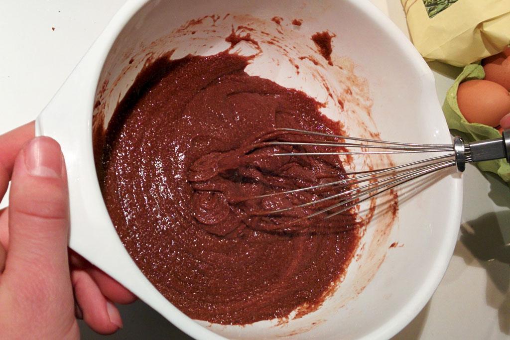 zelfgemaakte verjaardagstaart, kladdkaka maken, chocoladetaart, simpele chocoladetaart, zweedse taart