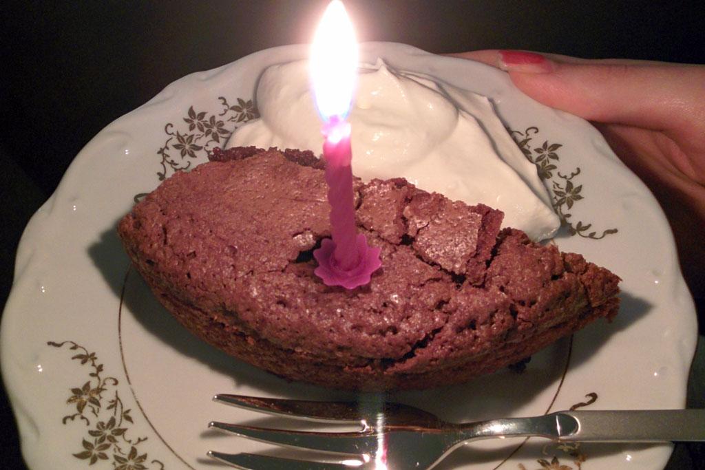 slagroom, kladdkaka, kaarsje in taart, verjaardagstaart, zelfgebakken taart, vintage schoteltje, plog verjaardag, plog januari