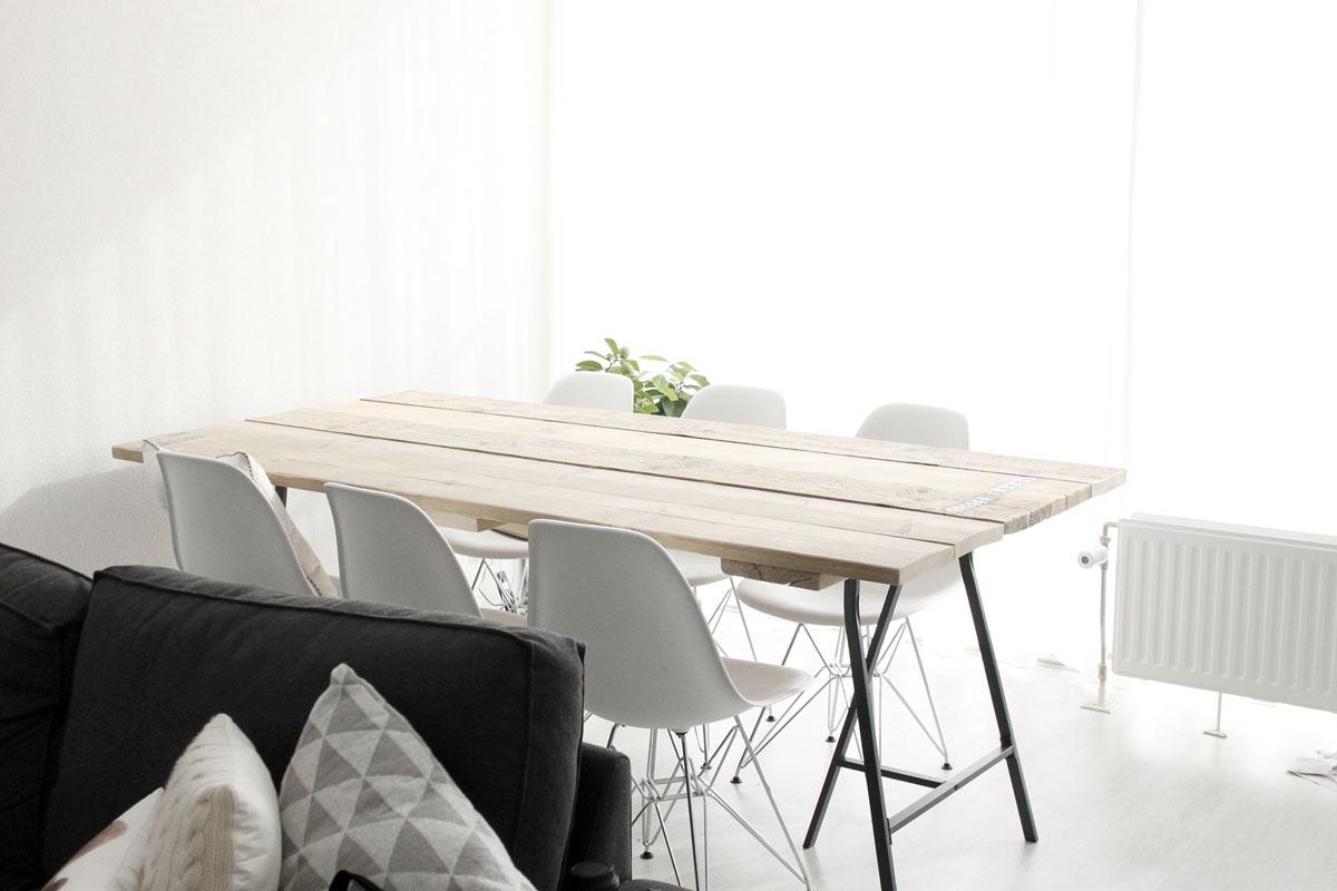 scandinavische tafel, moderne tafel, steigerhouten tafel, tafel met schragen, IKEA, eames stoelen