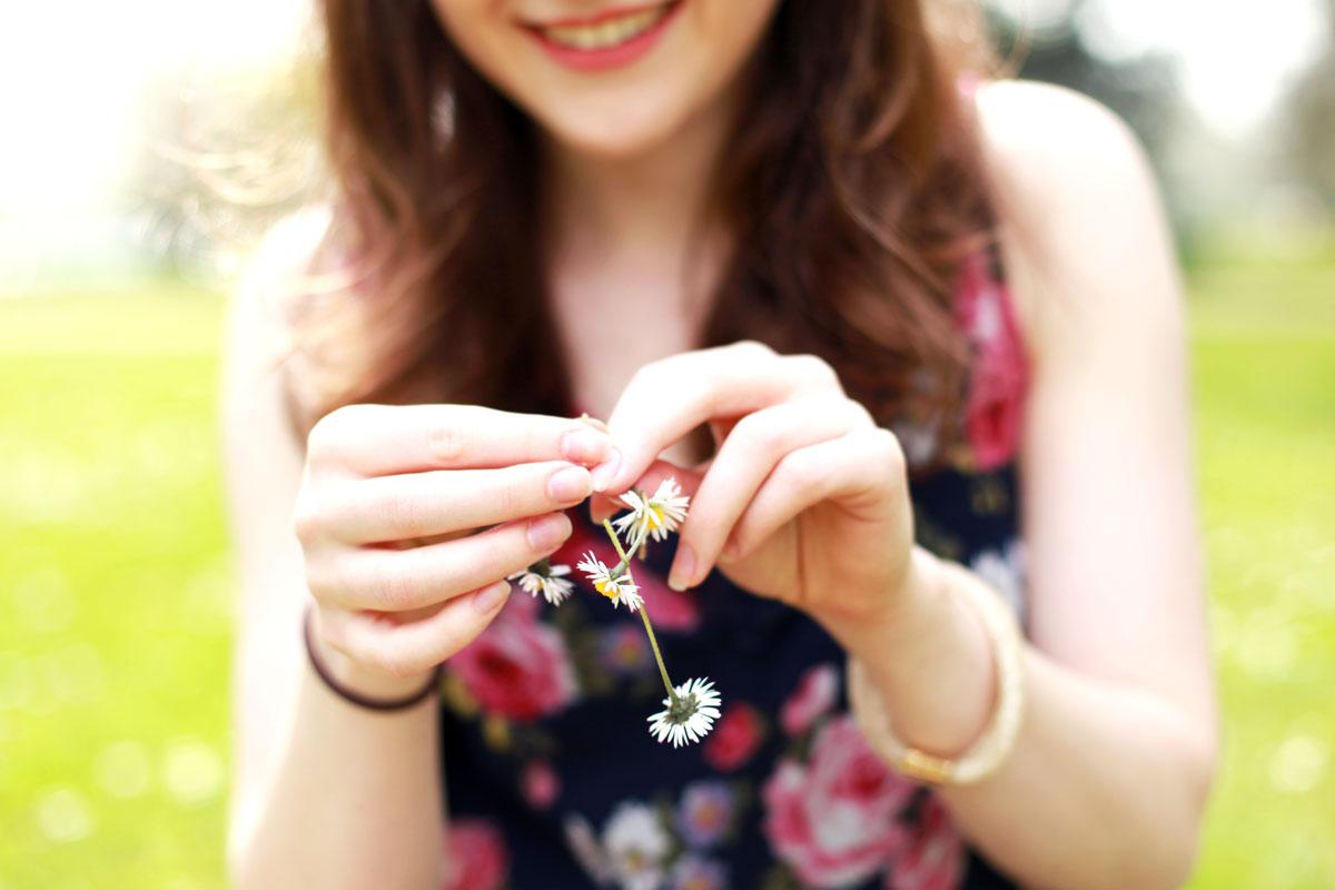 madeliefjes ketting, bloemen krans, bloemen ketting, bloemen ketting maken, bloemenkrans maken, Without Elephants, Sina Buscher, Zuckerguss fotografie, Céline