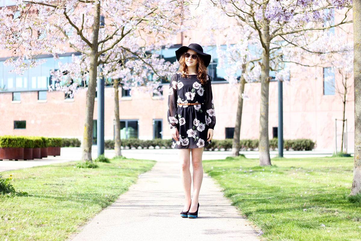 lange mouwen kort jurkje met bloemen primark, zwart jurkje, bruin riempje in taille