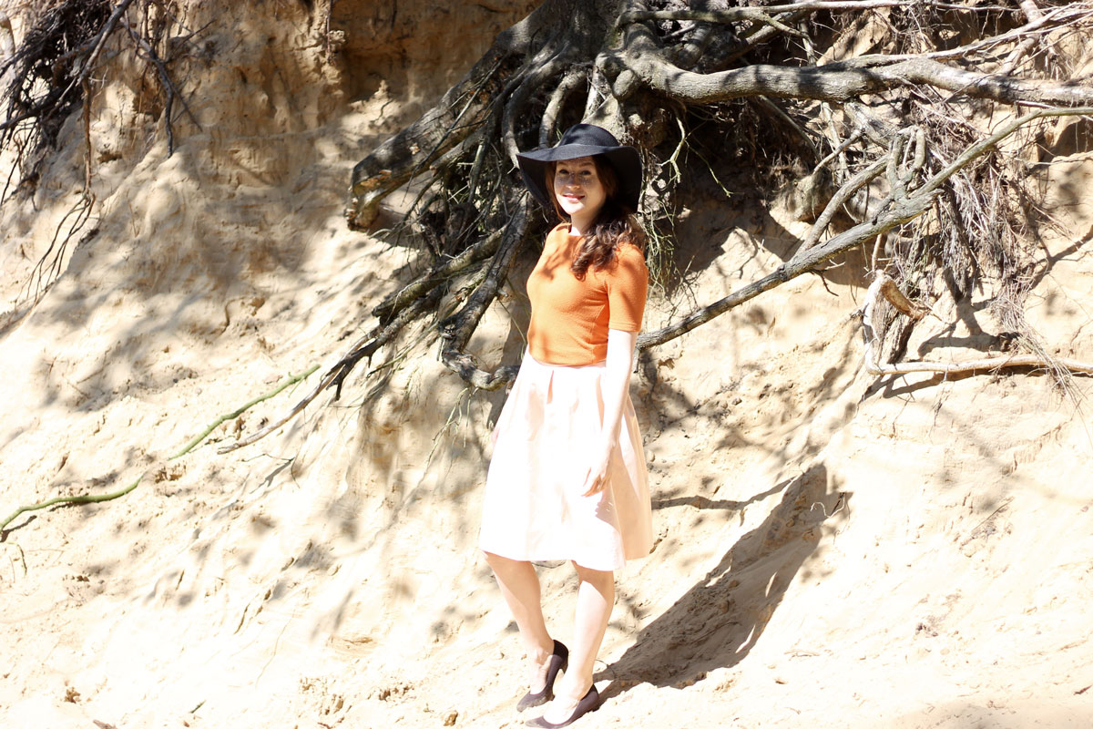 vanilia rok, vanilia shirt, vanilia outfit, zonnehoed, zwarte hoed, bruine hakken, bruine pumps, outfit of the day, fashion blogger, summer, zomer