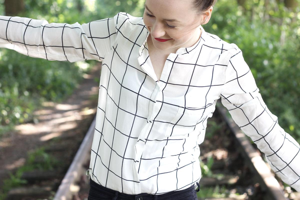verlaten plaatsen, vila blouse, zwart wit geruite blouse, defshop, stoere outfit, scandinavische outfit, nike air force white, outfit inspiration, mooie plekken, bijzondere plekken, rode koptelefoon, zijde blouse
