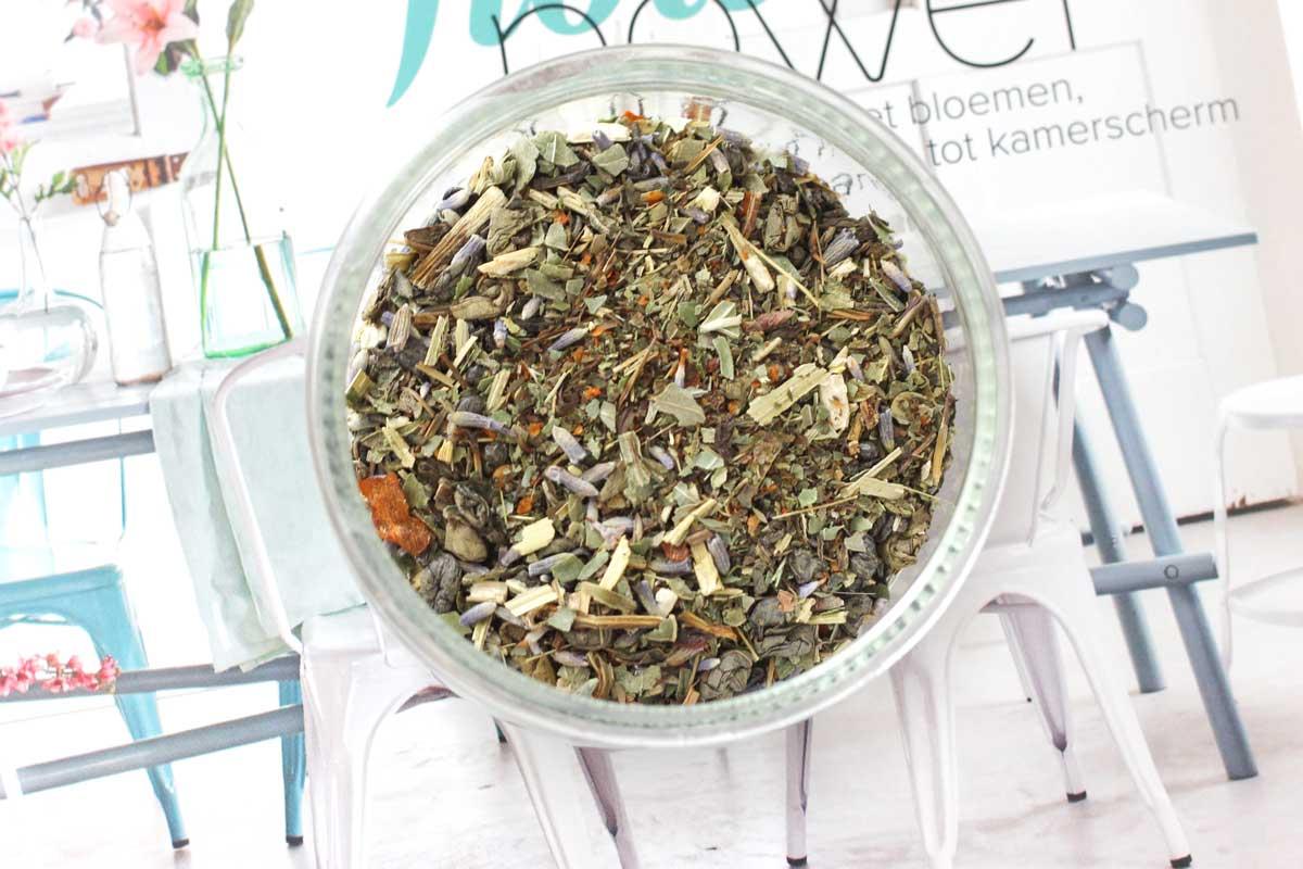 thee met echinacea, lavendel, basilicum, munt en peper, vatille thee, zelfgemaakte thee, thee lab