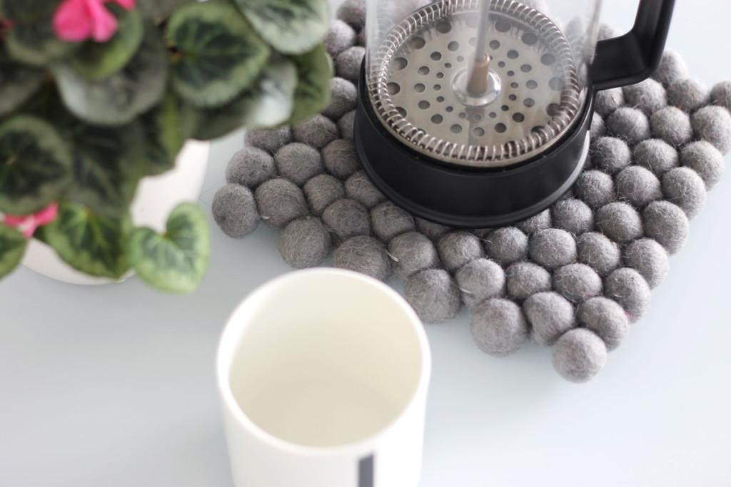 bolletjeskleed onderzetter van viltballetjes grijs