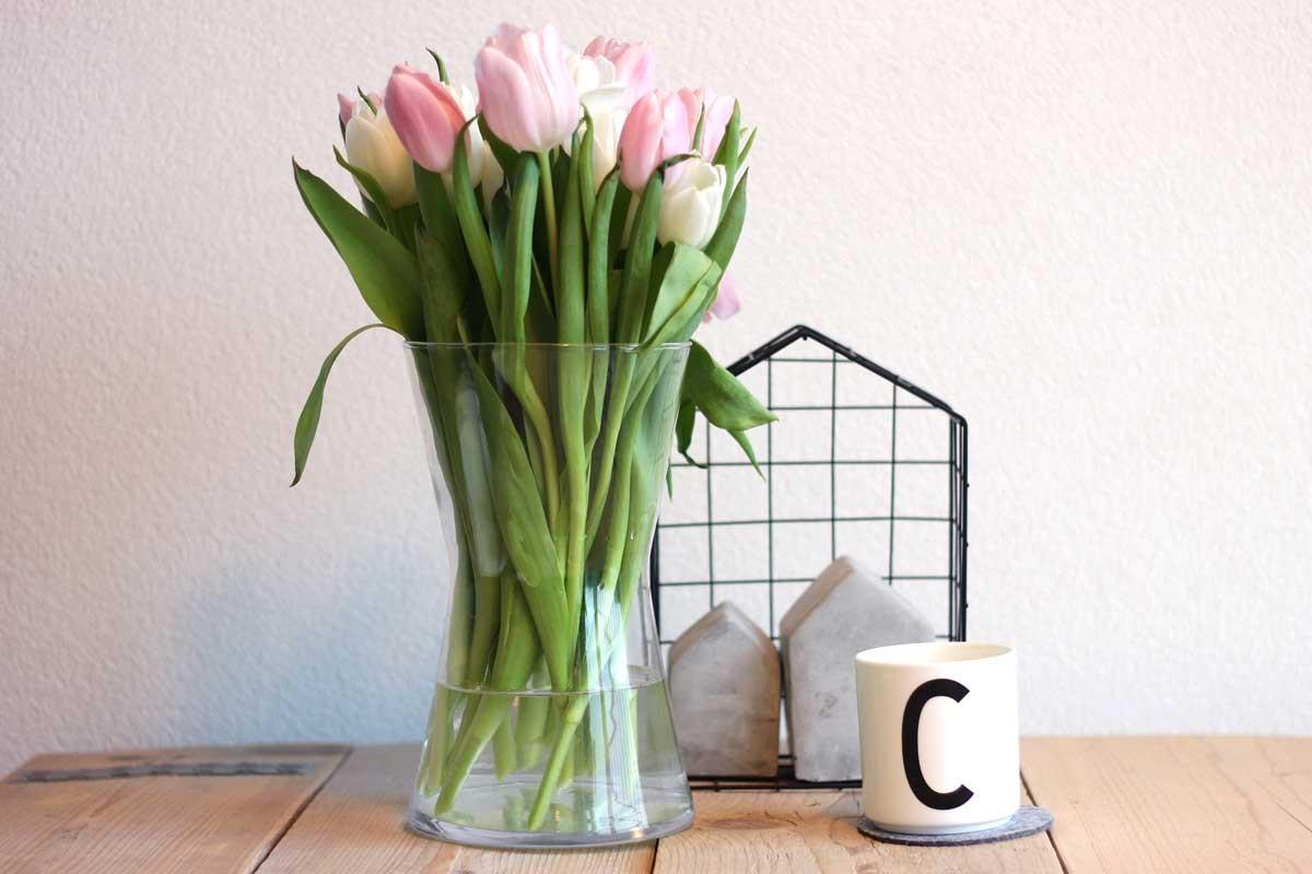 een gezellig huis ook na de feestdagen, design letters mok C, lichtroze tulpen, ijzerdraad huisje flying tiger