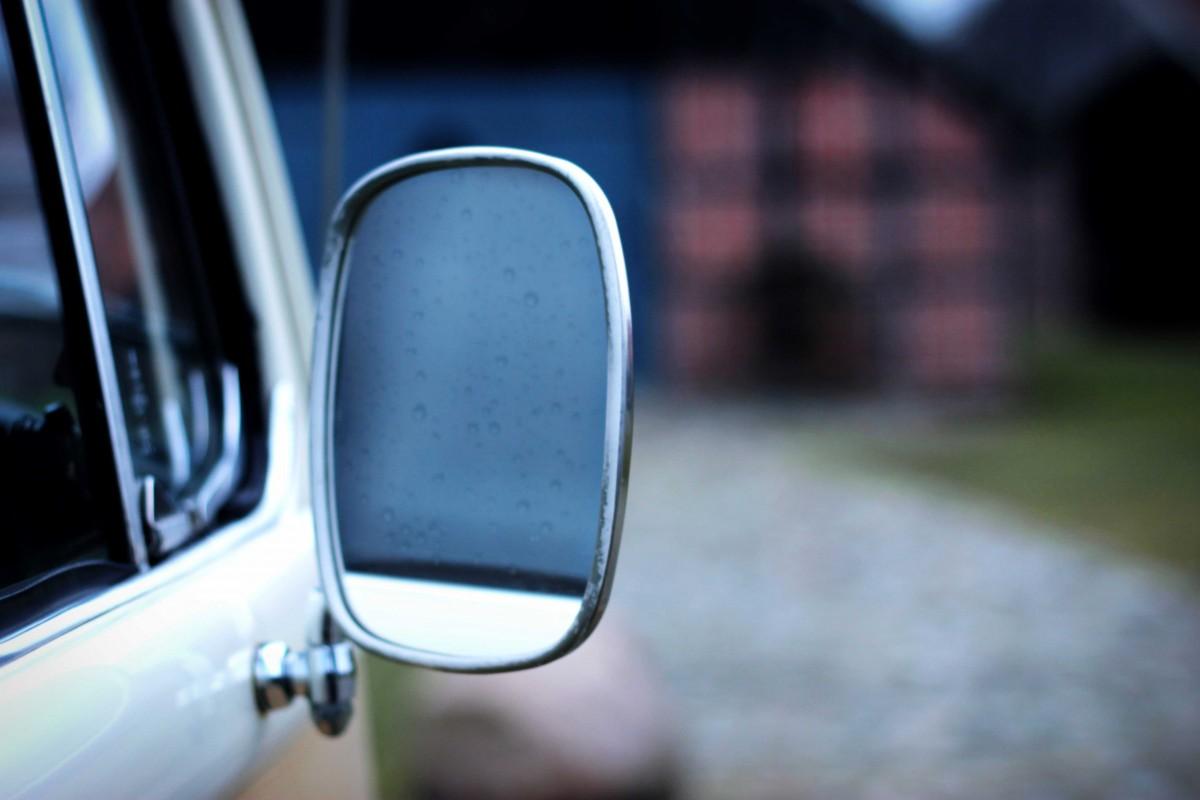 volkswagen t2 campervan spiegel in de regen