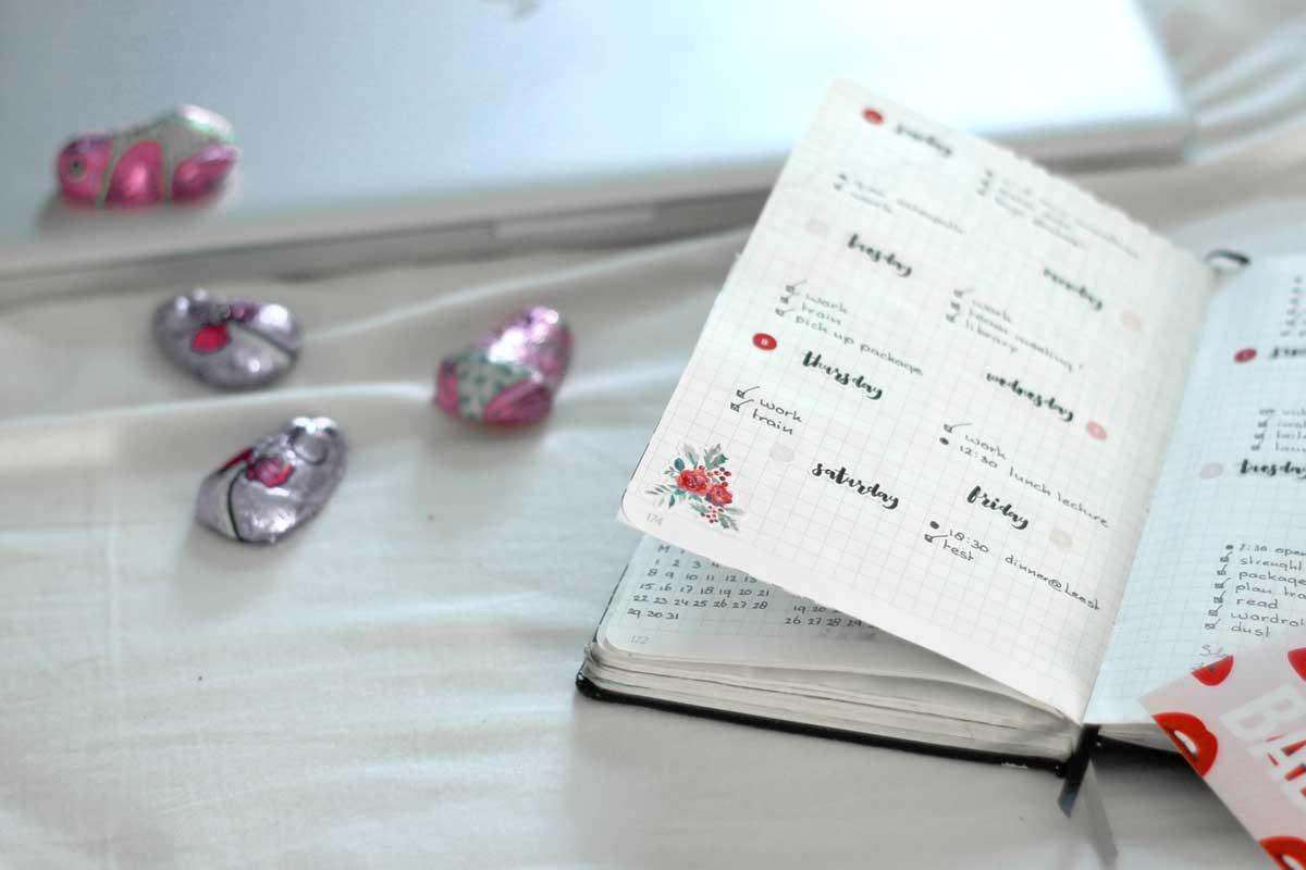 ik heb mijn baan opgezegd, fulltime bloggen, bullet journal with stickers minimal red look